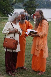 v.l. André Riehl, Swami Nardanand, Swami Mangalananda