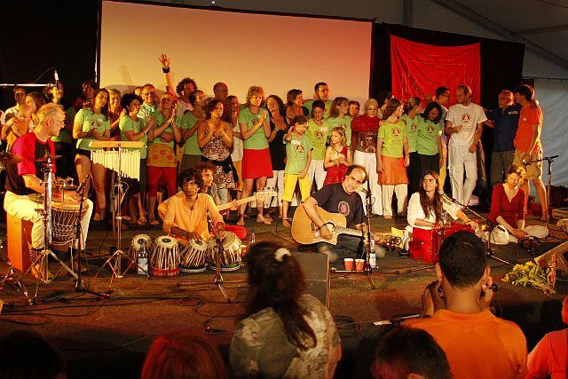 Abschlußveranstaltung - Festival-Helfer singen mit Satyaa & Pari