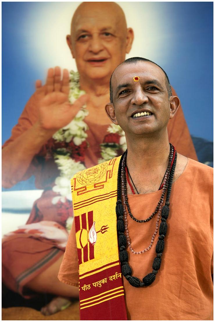 Swami Niranjanananda Saraswati in front of an image of Swami Satyananda Saraswati (1)